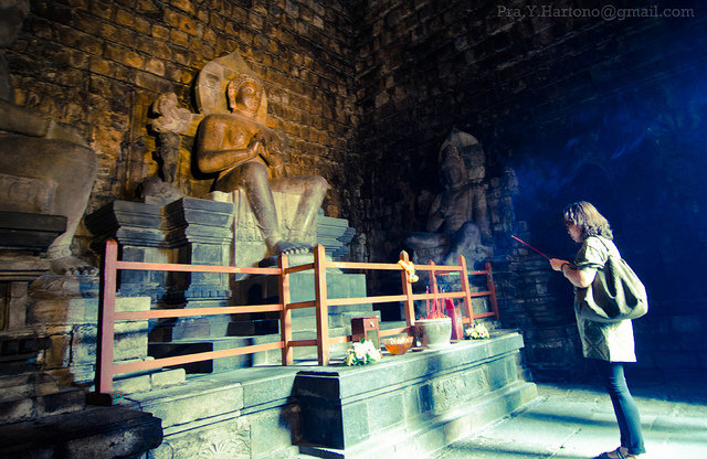 Inside Candi Mendut - photo by  Prayudi Hartono  https://flic.kr/p/aoSvPF