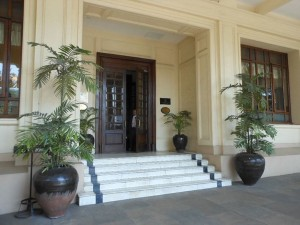 800px-Strand_Hotel_Entrance_(8391604920)new