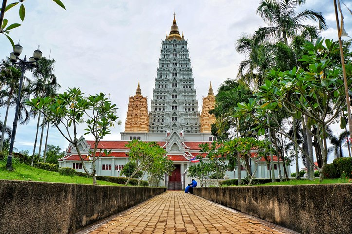 The entrance of the monastic complex, and Wat Yansangwararam towering above it.
